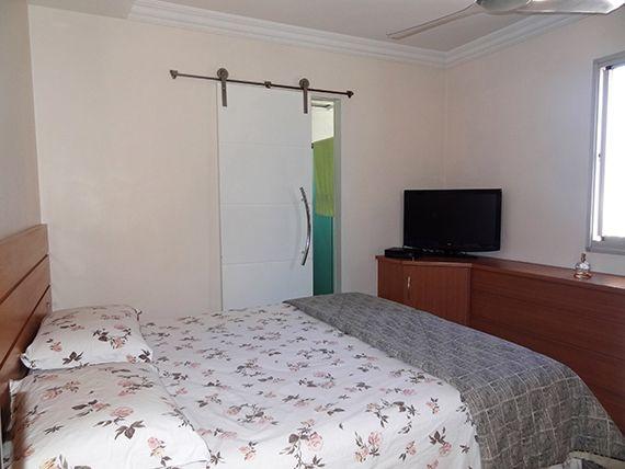 Ipiranga, Apartamento Padrão-Suíte com piso laminado, teto com sanca de gesso, iluminação embutida e closet com armários planejados.