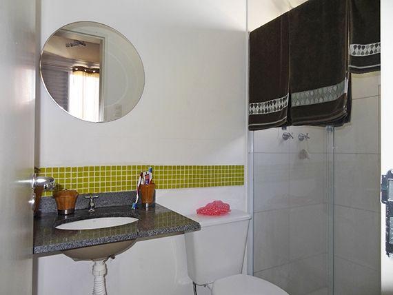 Sacomã, Apartamento Padrão-Banheiro da suíte com piso de cerâmica, teto com moldura de gesso, iluminação embutida, pia de granito e box de vidro.