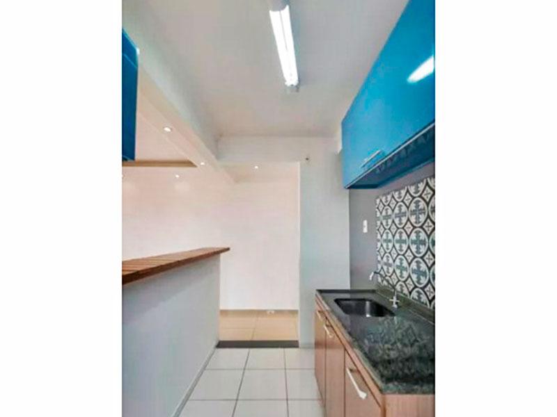 Sacomã, Apartamento Padrão-Cozinha americana com piso de cerâmica, teto com moldura de gesso, armários, gabinete, pia de granito e acesso a área de serviço.