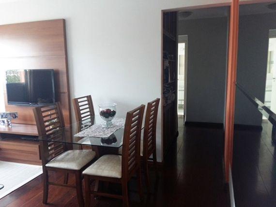 Ipiranga, Apartamento Padrão-Sala retangular com dois ambientes, teto com moldura de gesso e piso laminado.
