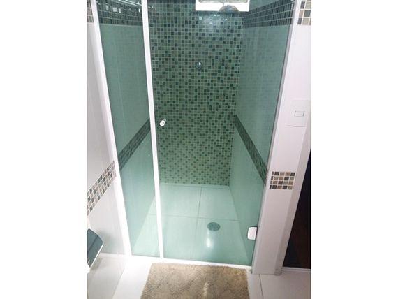 Ipiranga, Apartamento Padrão-Banheiro social com piso de cerâmica, box de vidro e pia com bancada de mármore e cuba sobreposta de porcelana.