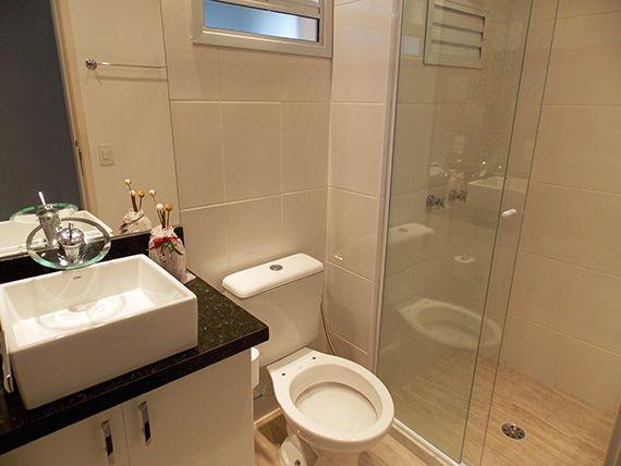 Sacomã, Apartamento Padrão-Banheiro da suíte e social com piso de cerâmica, box de vidro, pia com bancada de granito e cuba sobreposta de porcelana.