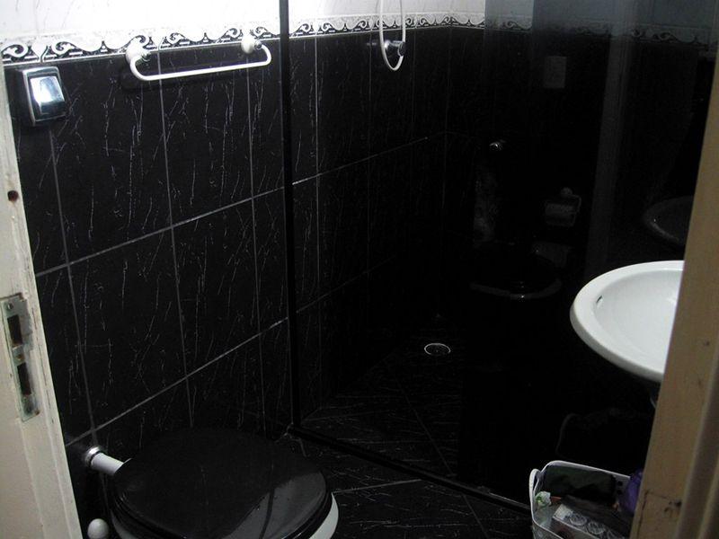 Jabaquara, Apartamento Padrão-Banheiro social com box de vidro e pia de porcelana.