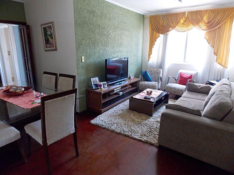 Sacomã, Apartamento Padrão - Sala em L com dois ambientes, piso laminado e teto com moldura de gesso.