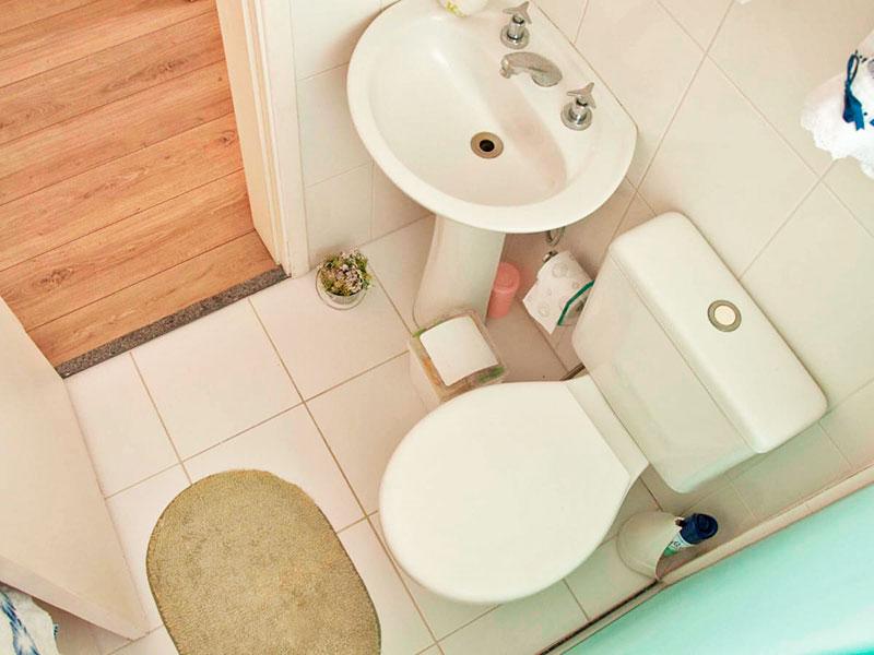 Sacomã, Apartamento Padrão-Banheiro social com piso de cerâmica, pia de porcelana e box de vidro.