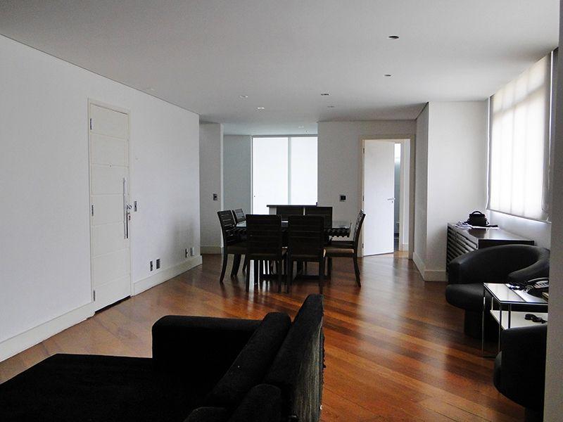 Cursino, Cobertura Duplex - Sala retangular com dois ambientes, piso de madeira, teto rebaixado, iluminação embutida e cortineiro.