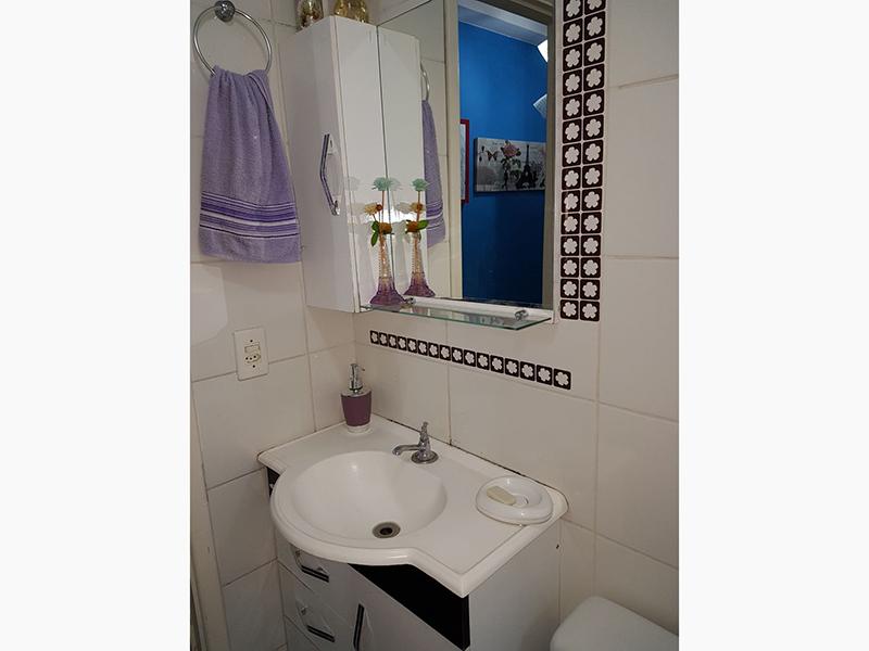 Sacomã, Apartamento Padrão-Banheiro social com piso de cerâmica, gabinete, pia sintética e box de vidro.