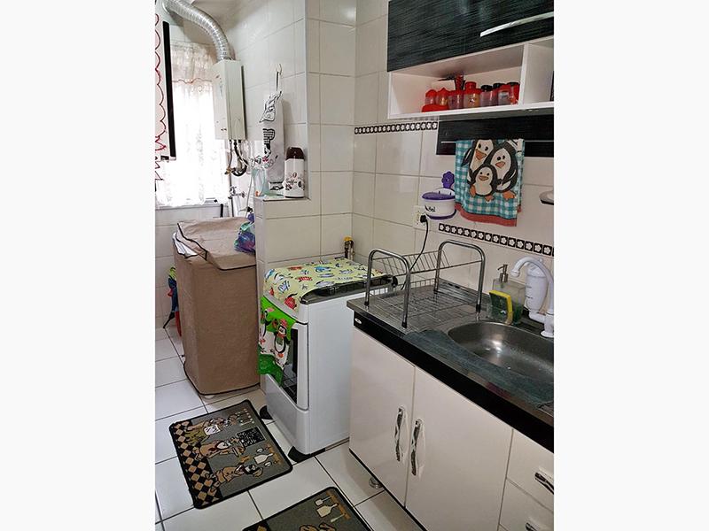 Sacomã, Apartamento Padrão-Cozinha com piso de cerâmica, gabinete, pia de aço inox e acesso a área de serviço.