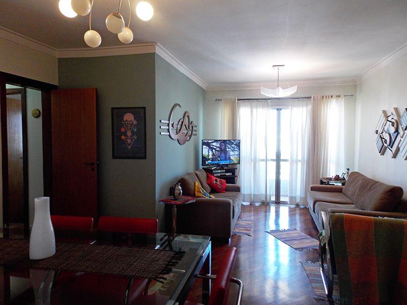 Ipiranga, Apartamento Padrão - Sala em L com dois ambientes, piso de madeira, teto com moldura de gesso e acesso à varanda.