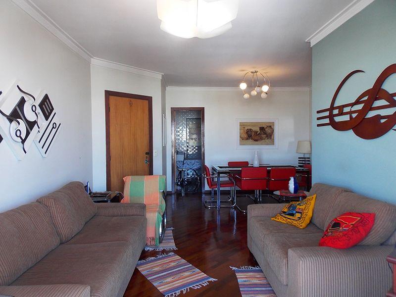 Ipiranga, Apartamento Padrão-Sala em L com dois ambientes, piso de madeira, teto com moldura de gesso e acesso à varanda.