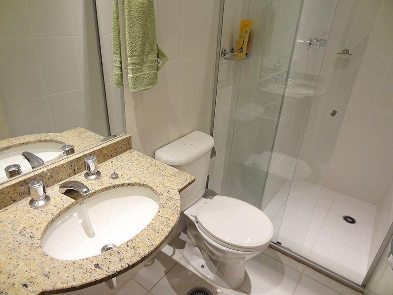 Sacomã, Apartamento Padrão-Banheiro da suíte e social com piso de cerâmica, box de vidro e pia de granito.