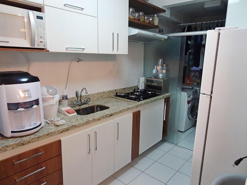 Sacomã, Apartamento Padrão-Cozinha americana com piso de cerâmica, armários planejados, pia de granito e porta de vidro na passagem para a área de serviço.