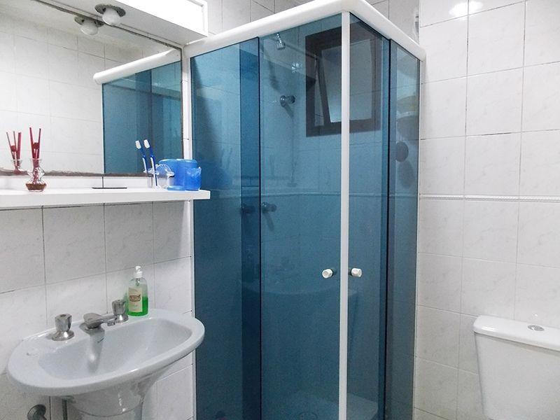 Ipiranga, Apartamento Padrão-Banheiro da suíte e social com piso de cerâmica, box de vidro e pia de porcelana.