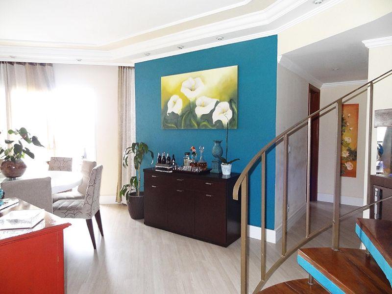 Ipiranga, Cobertura Duplex - Sala com dois ambientes, piso laminado, teto com sanca de gesso, iluminação embutida, cortineiro e acesso à varanda.