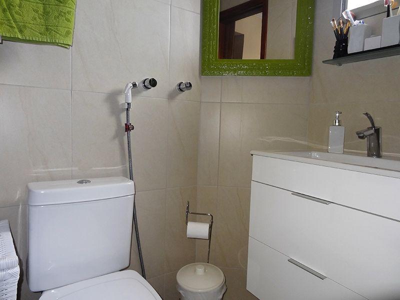 Ipiranga, Cobertura Duplex-Banheiro da suíte com piso de cerâmica, box de vidro e pia com gabinete.