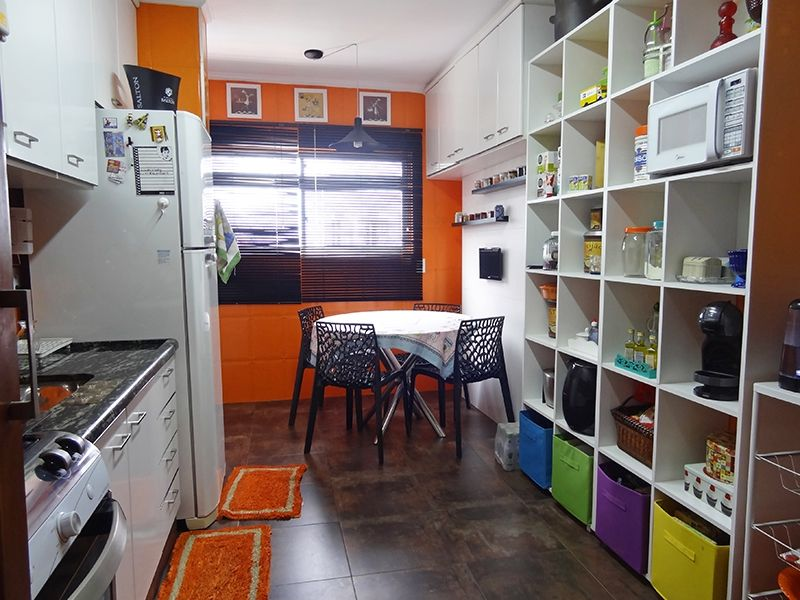 Ipiranga, Cobertura Duplex-Cozinha com armários planejados, teto com moldura de gesso e pia de mármore.