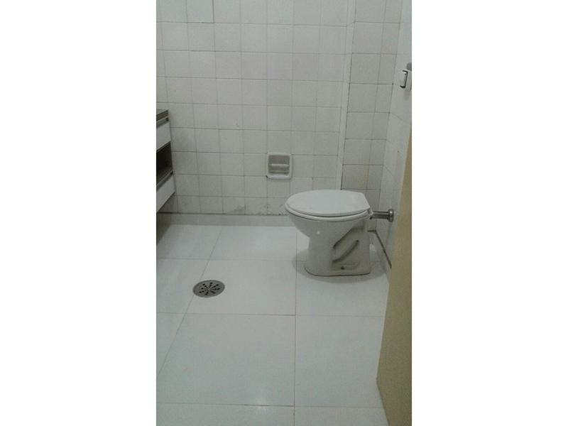 Ipiranga, Apartamento Padrão-Banheiro social com piso de cerâmica e pia sobreposta.