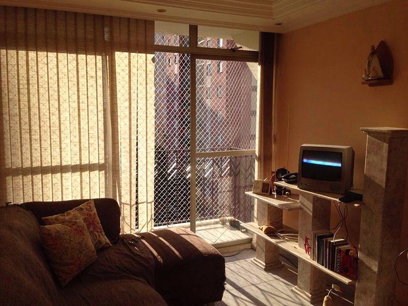 Sacomã, Apartamento Padrão - Sala retangular com dois ambientes, piso de cerâmica, tela com sanca de gesso, iluminação embutida, cortineiro e acesso à varanda.