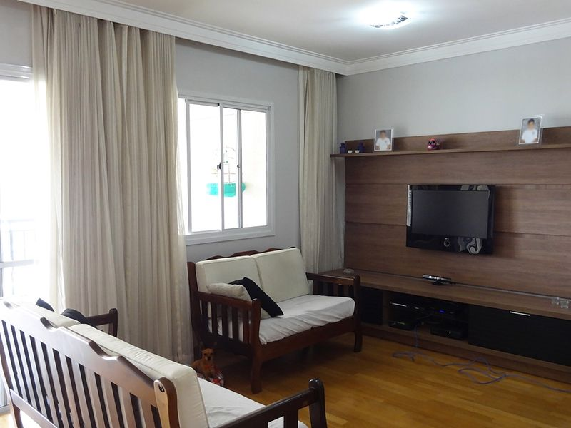 Ipiranga, Apartamento Padrão-Sala ampliada com dois ambientes, piso de madeira, teto com sanca de gesso, cortineiro e acesso à varanda.