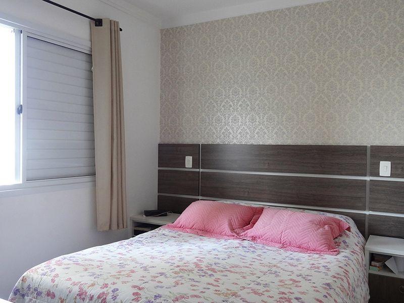 Ipiranga, Apartamento Padrão-Suíte com piso de madeira, teto com moldura de gesso, iluminação embutida e armários planejados.