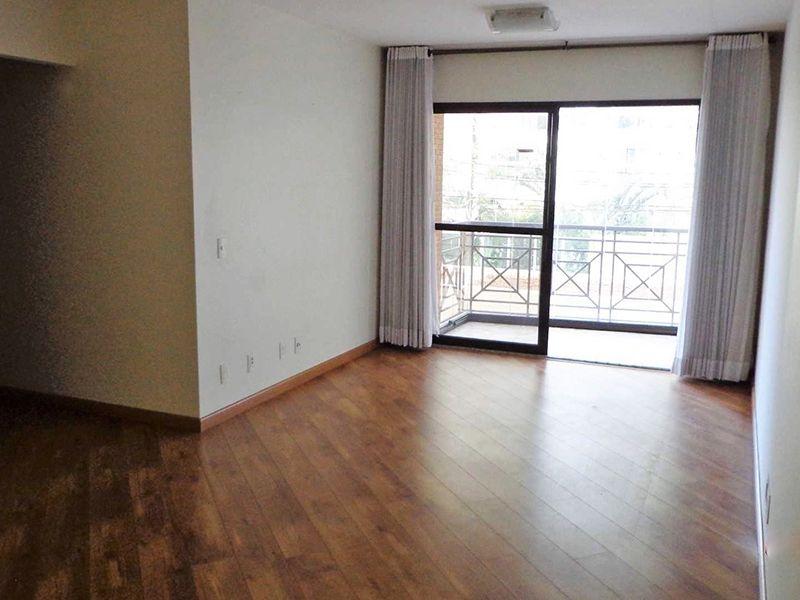 Saúde, Apartamento Padrão - Sala em L com dois ambientes, piso laminado e acesso à varanda.