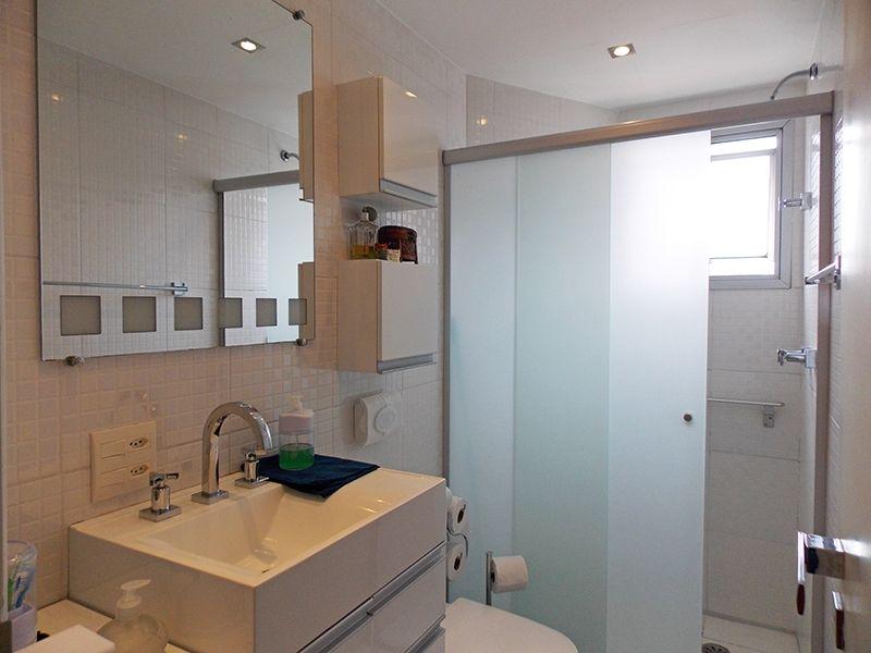 Jabaquara, Apartamento Padrão-Banheiro social com piso de cerâmica, box de vidro, iluminação embutida e pia com cuba sobreposta de cerâmica.