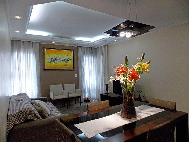 Sacomã, Apartamento Padrão - Sala retangular com dois ambientes, piso de porcelanato, cortineiro, teto com sanca de gesso, iluminação embutida e acesso à sacada.