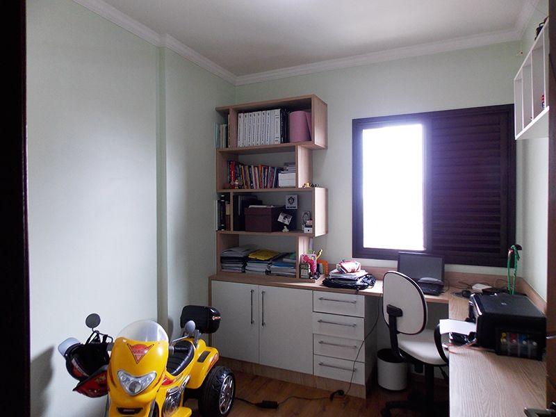 Sacomã, Apartamento Padrão-Terceiro dormitório com piso laminado, teto com moldura de gesso e móveis planejados para escritório.