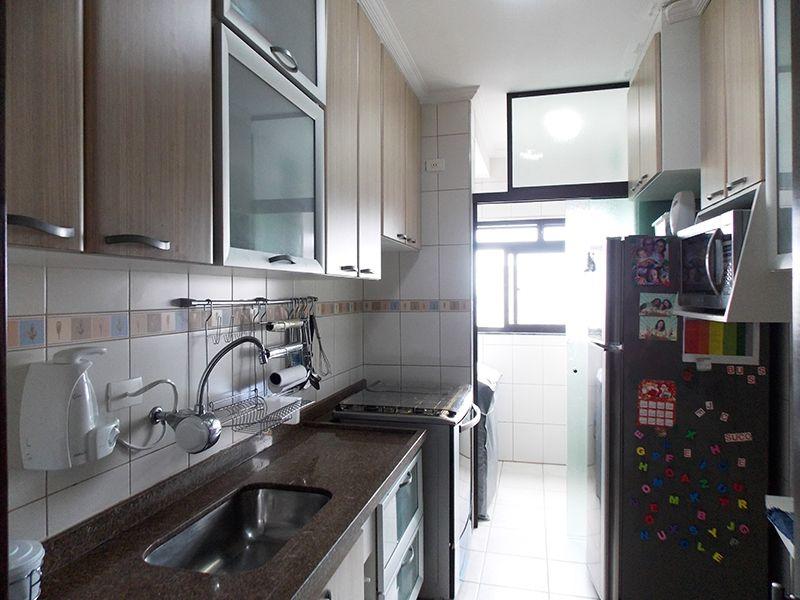 Sacomã, Apartamento Padrão-Cozinha com piso de cerâmica, teto com moldura de gesso, armários planejados e pia de granito.