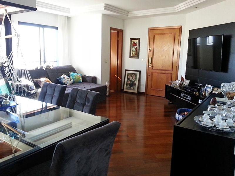 Ipiranga, Apartamento Padrão - Sala com dois ambientes, piso de madeira, teto com sanca de gesso, iluminação embutida e acesso à varanda.