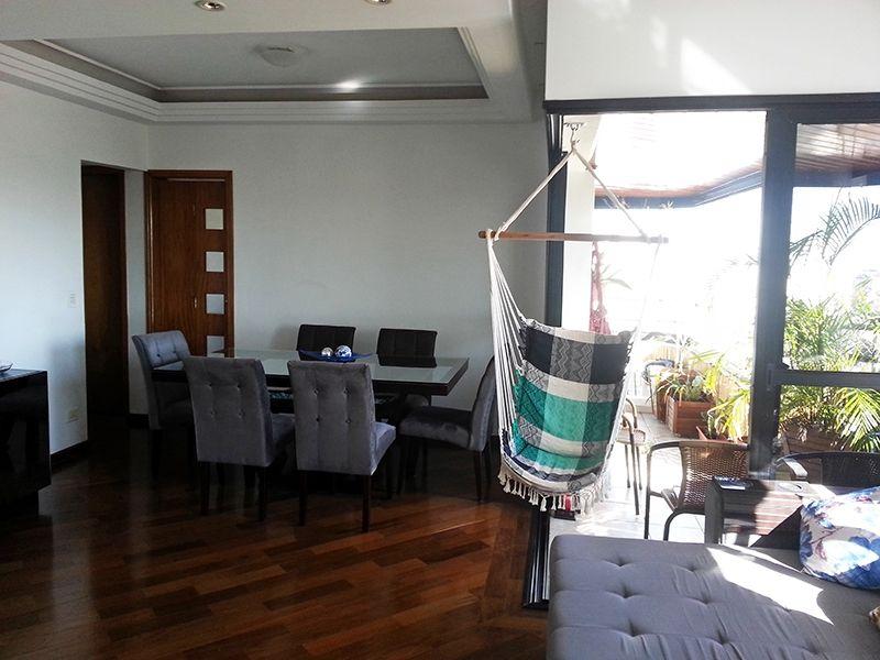 Ipiranga, Apartamento Padrão-Sala com dois ambientes, piso de madeira, teto com sanca de gesso, iluminação embutida e acesso à varanda.