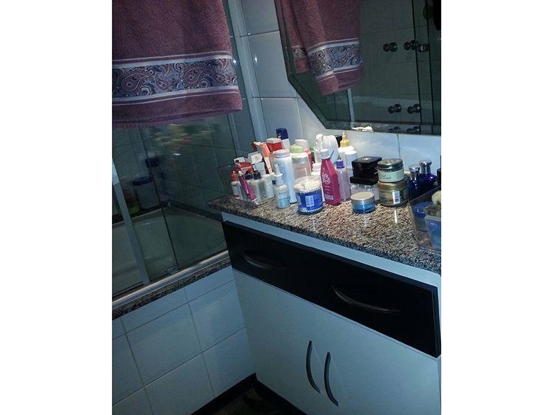 Ipiranga, Apartamento Padrão-Banheiro da suíte com pia de granito, gabinete, box de vidro e banheira.
