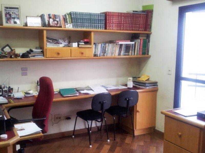 Ipiranga, Apartamento Padrão-Dormitório com piso de madeira usado como escritório.