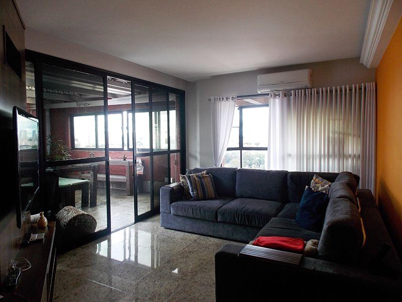 Cursino, Cobertura Duplex - Sala do piso superior com piso de granito, moldura de gesso, varanda e ar condicionado.