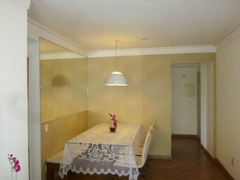 Cursino, Apartamento Padrão - Sala com dois ambientes, piso laminado, teto com moldura gesso e acesso a varanda.