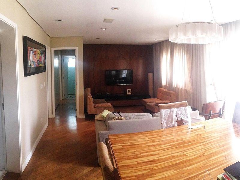 Cursino, Apartamento Garden - Sala ampliada com dois ambientes, piso de madeira, teto de gesso rebaixado, iluminação embutida, cortineiro e acesso à varanda.