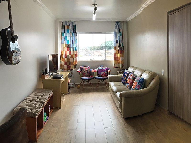 Jabaquara, Apartamento Padrão - Sala retangular com dois ambientes, piso de madeira, teto com moldura de gesso e cortineiro.
