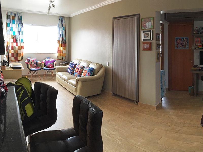 Jabaquara, Apartamento Padrão-Sala retangular com dois ambientes, piso de madeira, teto com moldura de gesso e cortineiro.