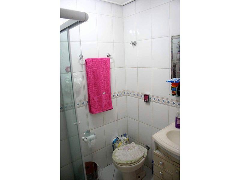 Ipiranga, Apartamento Padrão-Banheiro social com piso de cerâmica, box de vidro e pia com gabinete.