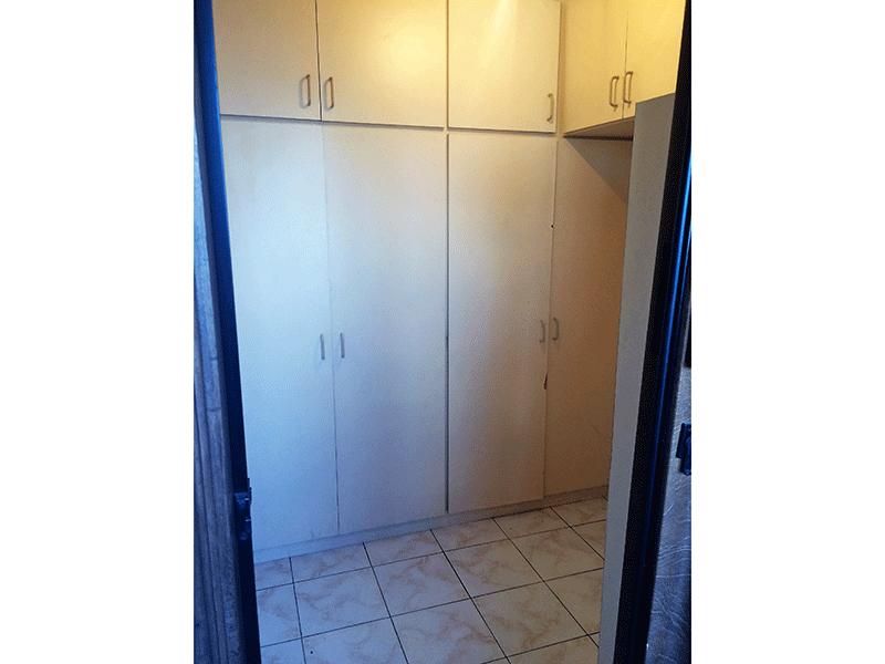 Ipiranga, Apartamento Padrão-Dependência de empregada com piso de cerâmica e armários embutidos.