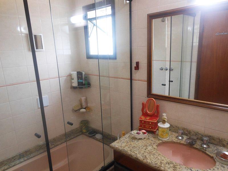 Saúde, Cobertura Duplex-Banheiro da suíte com box de vidro, pia de granito e banheira.