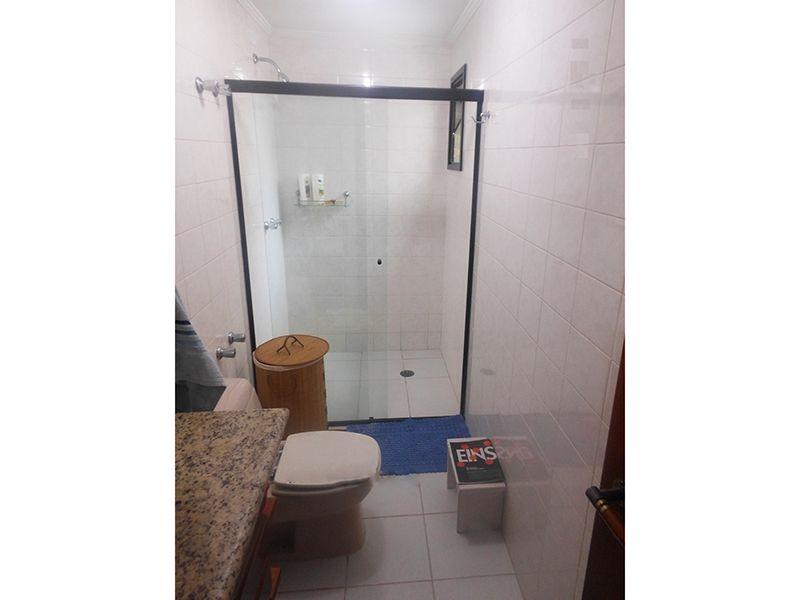 Saúde, Cobertura Duplex-Banheiro social do piso inferior e superior com piso de cerâmica, box de vidro e pia de granito com gabinete.
