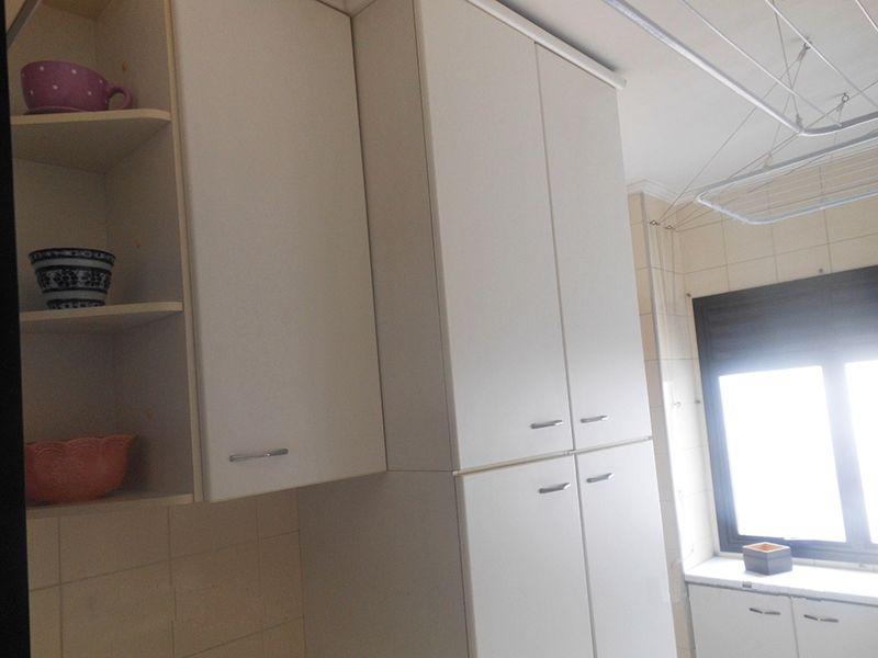 Saúde, Cobertura Duplex-Área de serviço com piso de cerâmica e armários planejados.