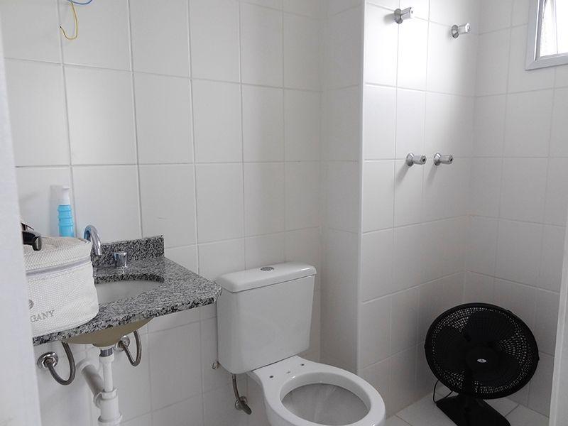 Sacomã, Apartamento Padrão-Banheiro da suíte e social com piso de cerâmica e pia de granito.