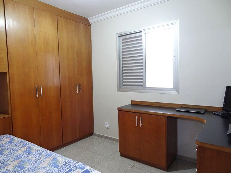 Jabaquara, Apartamento Padrão-Dormitórios com piso de porcelanato, teto com moldura de gesso e armários planejados.