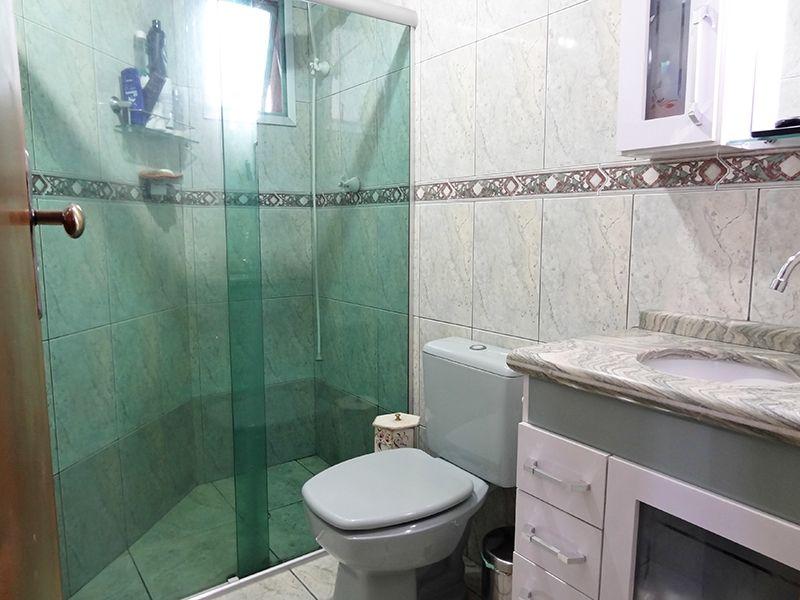 Jabaquara, Apartamento Padrão-Banheiro social com piso de cerâmica, box de vidro e pia de mármore com gabinete.