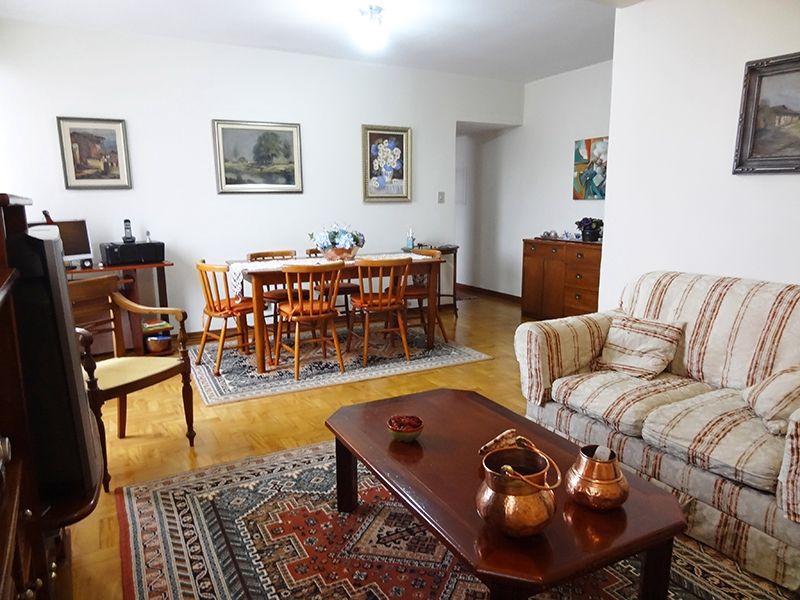 Ipiranga, Apartamento Padrão-Sala em L ampliada, com dois ambientes e piso de madeira.