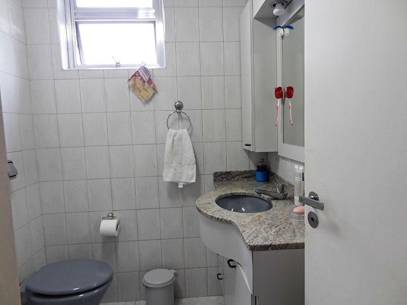 Ipiranga, Apartamento Padrão-Banheiro social com piso de cerâmica e pia de granito com gabinete.