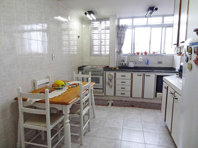 Ipiranga, Apartamento Padrão-Cozinha ampliada, com piso de cerâmica, teto com moldura de gesso, armários planejados, pia de granito e janela.