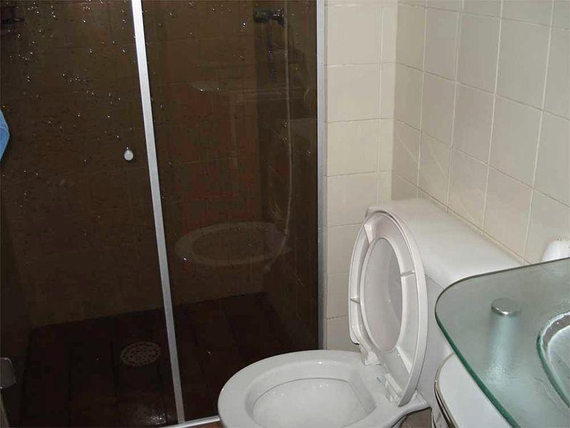 Sacomã, Apartamento Padrão-Banheiro social com piso de cerâmica, box de vidro e pia de vidro.